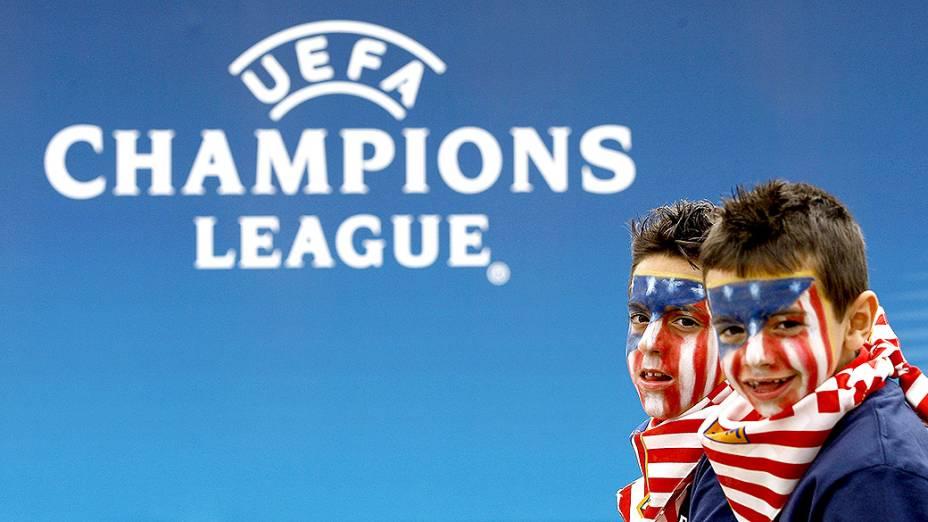 Dois meninos torcedores do Atlético de Madri posam para a foto antes da final da Liga dos Campeões, em Lisboa