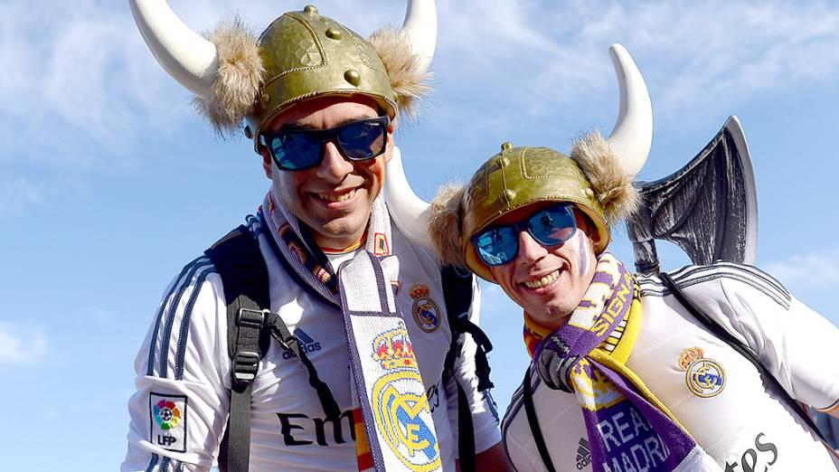 Torcedores do Real Madrid posam para foto antes da final da Liga dos Campeões, em Lisboa