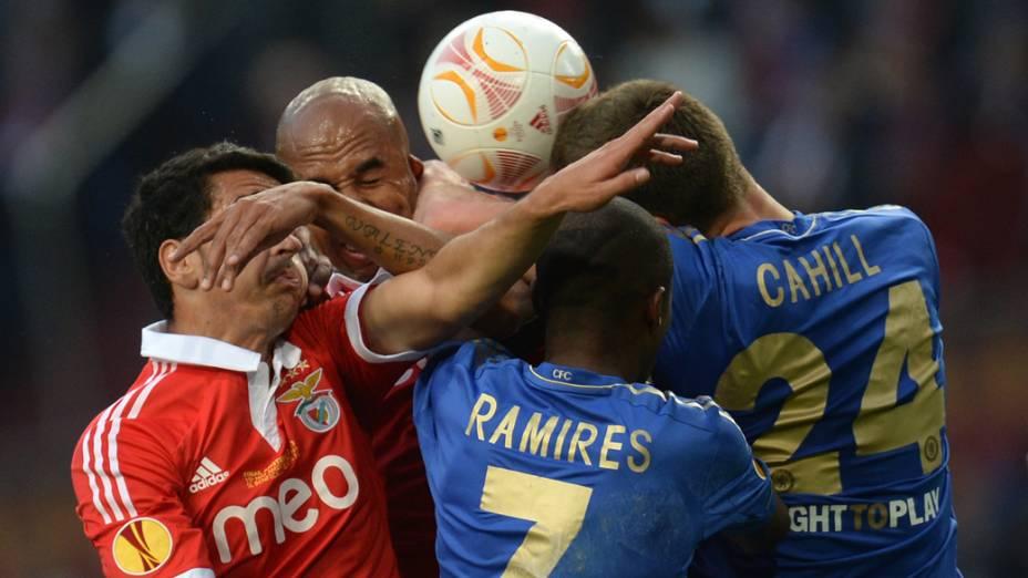 Jogadores do Benfica e do Chelsea disputam a bola, pela final da Liga Europa