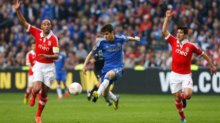 Jogador do Chelsea Oscar domina a bola, na final da Liga Europa