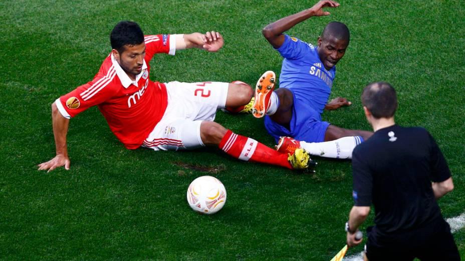 Jogador do Benfica Garay e o jogador do Chelsea Ramirez disputam a bola, na final da Liga Europa em Amsterdã