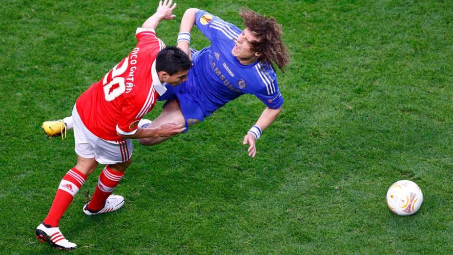 Jogador do Benfica Gaitán empurra o jogador do Chelsea David Luiz, durante a final da Liga Europa em Amsterdã