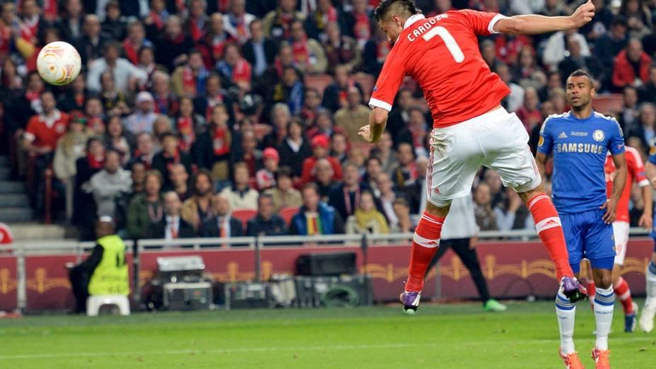 Jogador Oscar Cardozo do Benfica cabeceia a bola para o gol, durante a final da Liga Europa