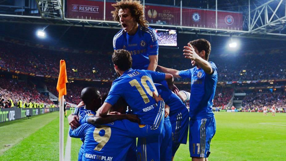 Time do Chelsea comemora o gol de Fernando Torres contra o Benfica, e o primeiro da partida, na final da Liga Europa