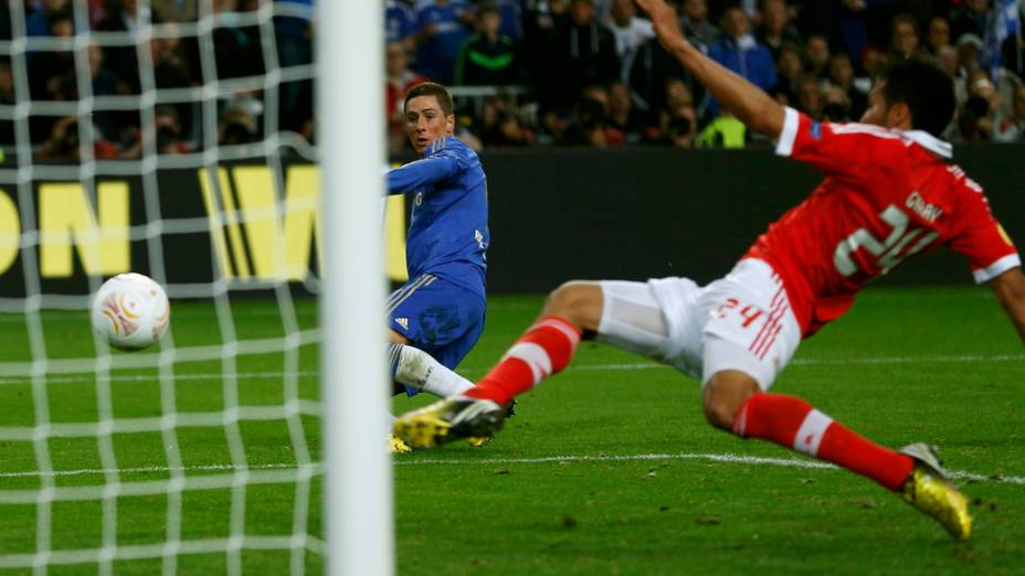 Jogador do Chelsea,Fernando Torres, marca o primeiro gol da partida contra o Benfica, na final da Liga Europa
