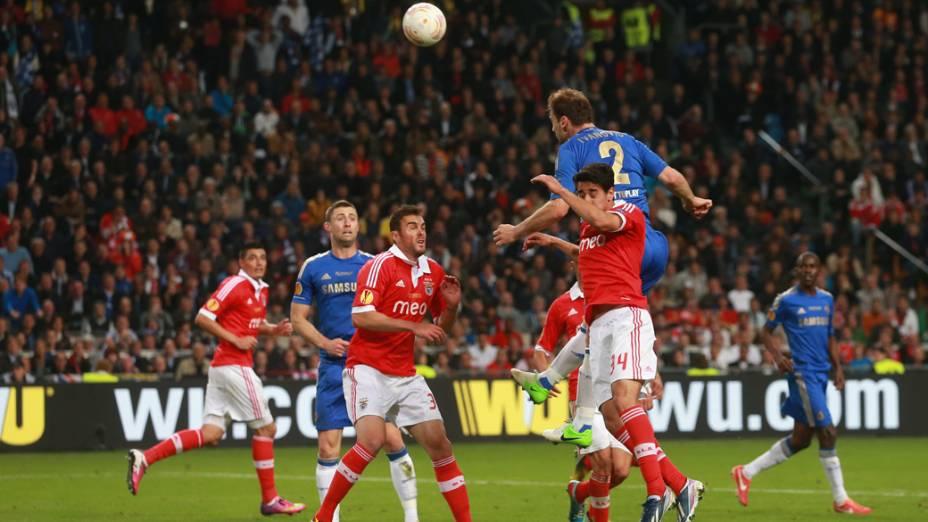 Jogador Ivanovic, pula para fazer de cabeça o segundo gol Chelsea, na final da Liga Europa