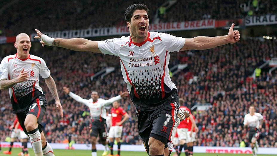 Jogador do Liverpool, Luis Suárez, comemora gol contra o Manchester United pelo Campeonato Inglês, em Manchester