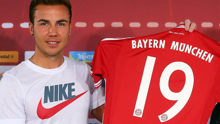 Apresentação de Mario Goetze no Bayern de Munique. Jovem cometeu gafe ao vestir camisa de marca concorrente