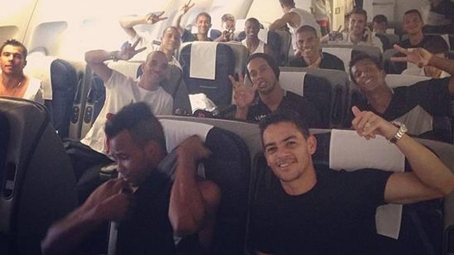 Jogadores do Atlético-MG durante voo para a disputa do Mundial de Clubes no Marrocos