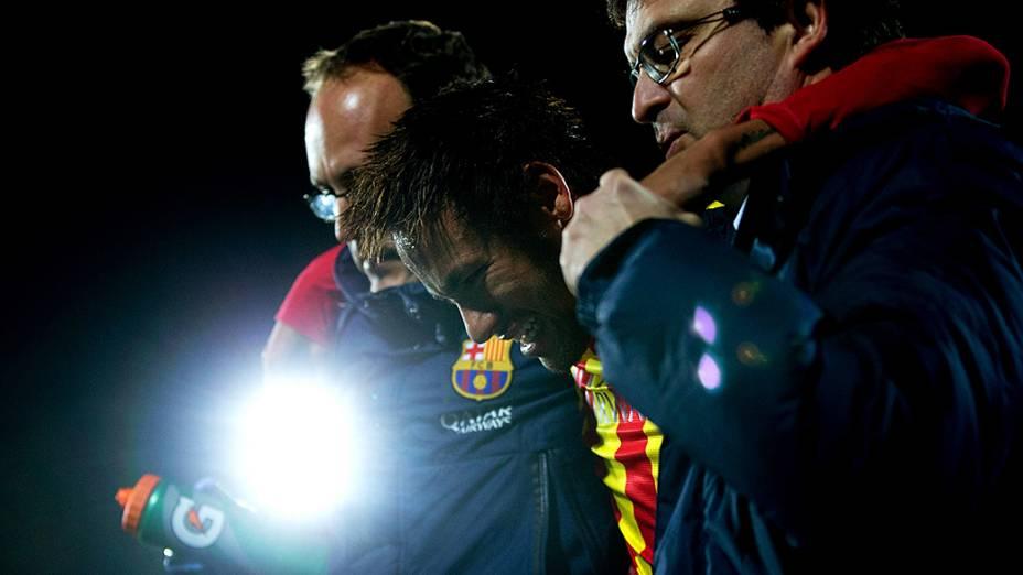 Neymar deixa o campo após sofrer lesão durante partida da Copa do Rei contra o Getafe