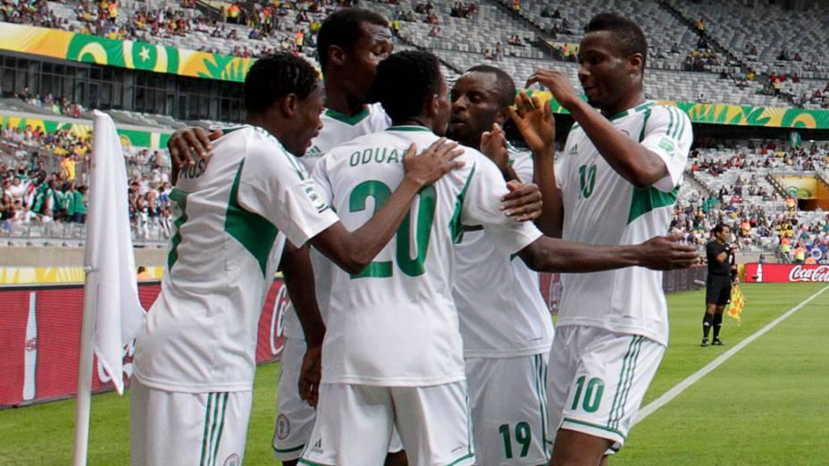 Jogadores da Nigéria comemoram mais um dos seis gols contra o Taiti