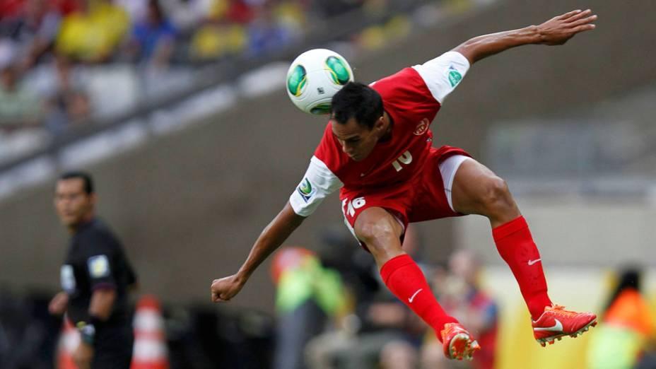 Jogador do Taiti Ricky Aitamai, cabeceia a bola no jogo contra a Nigéria pela Copa das Confederações, em Belo Horizonte