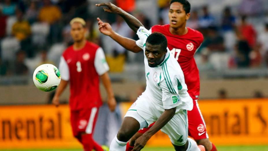 O nigeriano John Ogu disputa a bola no jogo contra o Taiti