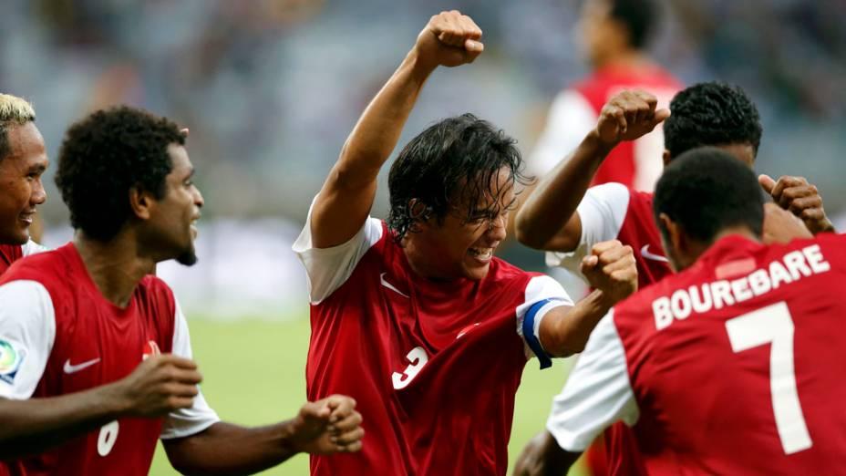 Jogadores do Taiti comemoram o gol contra a Nigéria