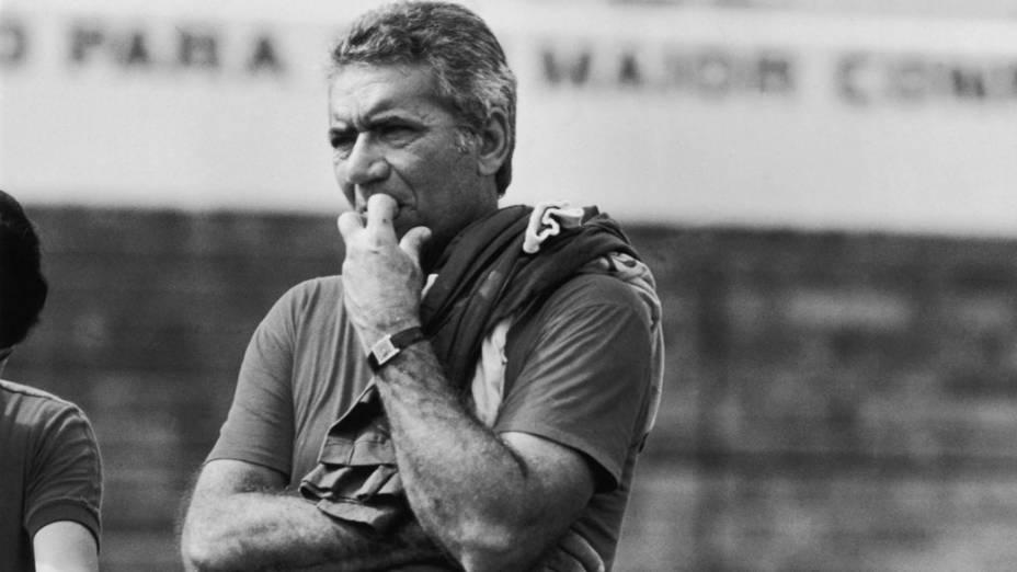 Nílton Santos, técnico do Bonsucesso, durante um treino em 1982