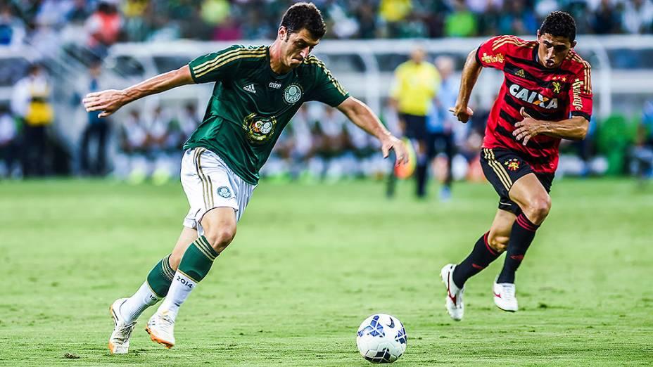 Felipe Menezes, do Palmeiras, chuta a bola contra o gol do Sport, na estreia da Arena Palmeiras