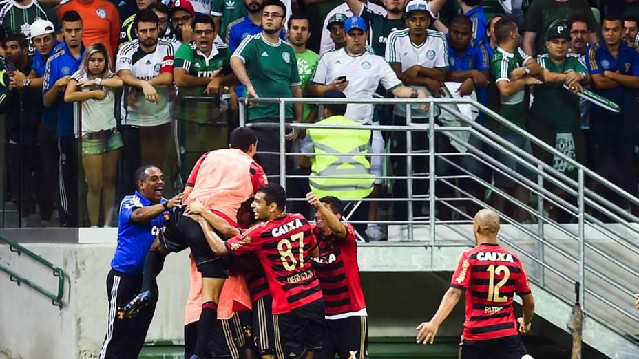 Jogadores do Sport comemoram primeiro gol contra o Palmeiras, na estreia da Arena Palmeiras