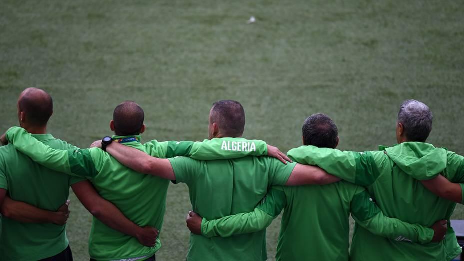 Seleção da Argélia se prepara para entrar em campo na disputa contra a Coreia do Sul, no estádio Beira Rio, em Porto Alegre