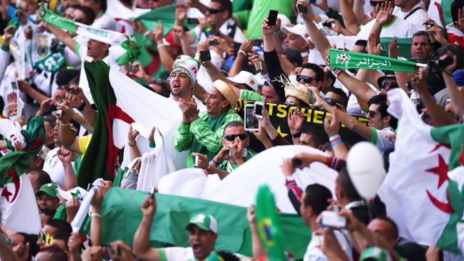 Torcida comemora: Argélia abre placar contra a Coreia do Sul, no estádio Beira Rio, em Porto Alegre