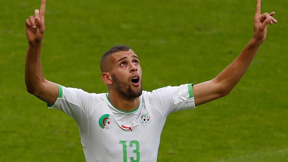 O jogador da Argélia, Islam Slimani, comemora gol marcado contra a Coreia do Sul em partida no estádio Beira Rio, em Porto Alegre