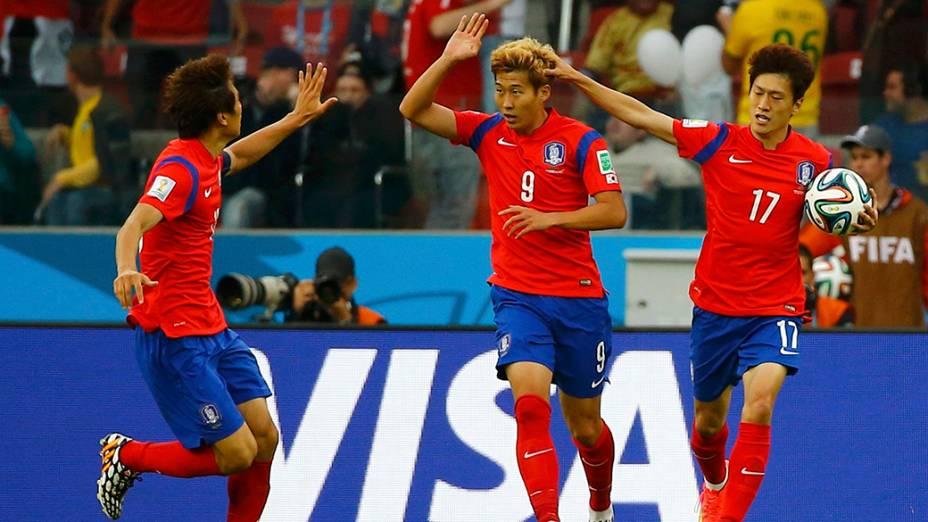 Jogadores da Coreia do Sul comemoram gol em partida contra a Argélia, no estádio Beira Rio, em Porto Alegre