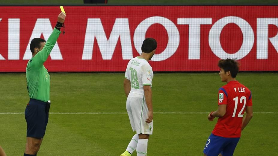 Lance da partida entre Argélia e Coreia do Sul, no estádio Beira Rio, em Porto Alegre