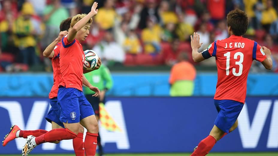 Jogadores da Coreia do Sul comemoram o segundo gol durante partida contra a Argélia, em Porto Alegre