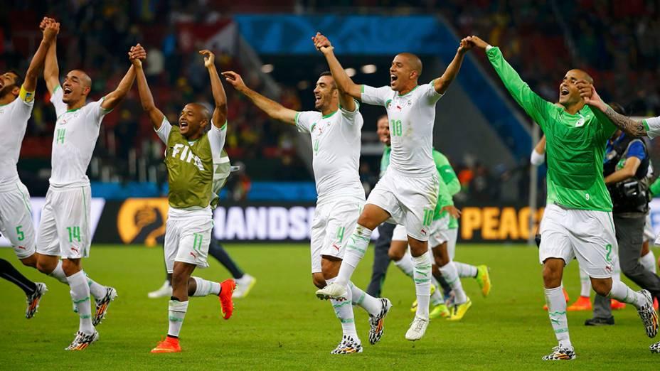 Jogadores da Argélia comemoram vitória de 4 x 2 sobre a Coreia do Sul, no estádio Beira Rio, em Porto Alegre
