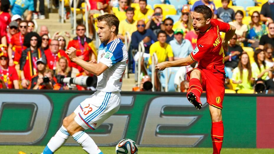O jogadorDries Mertens, da Bélgica, chuta a bola para o russo Dmitry Kombarov,durante partida no estádio do Maracanã, no Rio de Janeiro