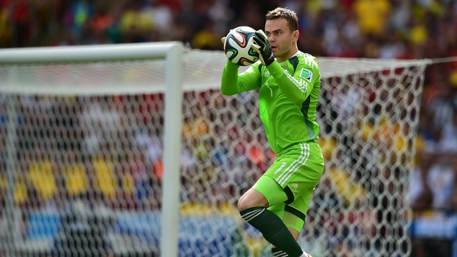 O goleiro russo,Igor Akinfeev, realizada defesa em partida contra a Bélgica, no estádio do Maracanã, no Rio de Janeiro