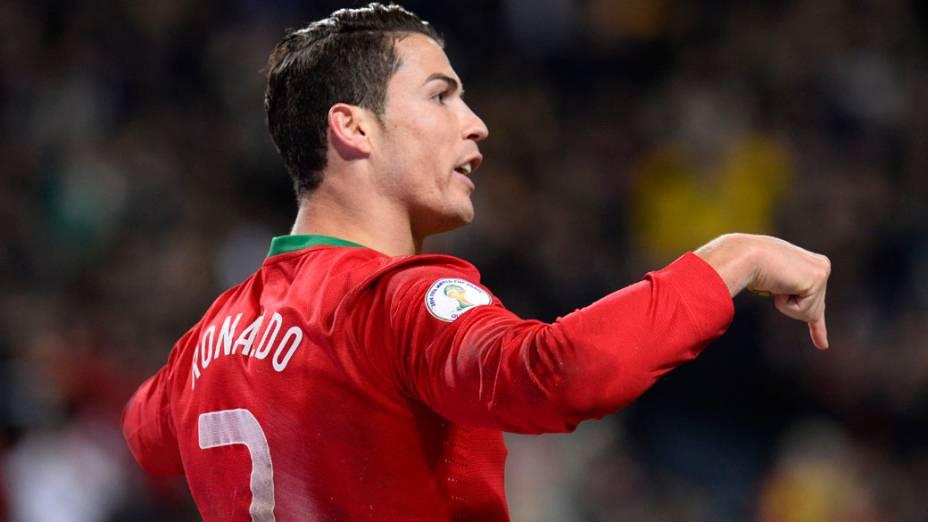 Cristiano Ronaldo comemora o segundo gol contra a Suécia, pelas eliminatórias da Copa do Mundo