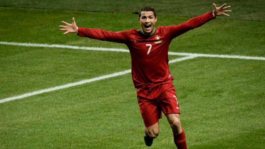 Cristiano Ronaldo comemora o terceiro gol contra a Suécia, pelas eliminatórias da Copa do Mundo