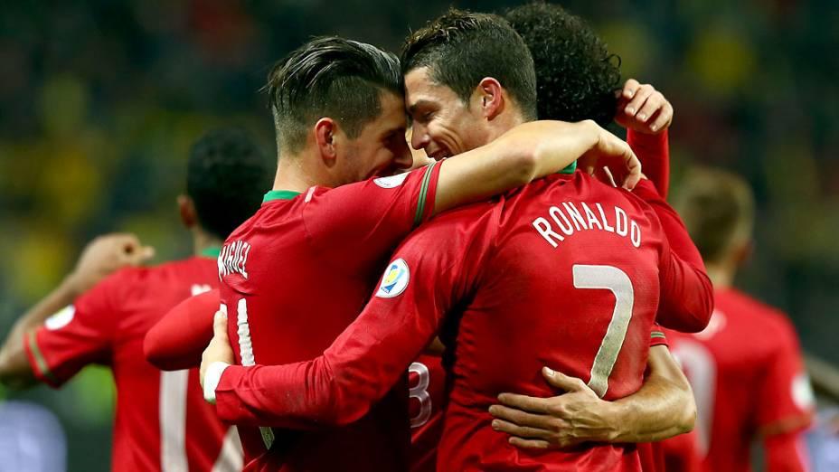 Jogadores comemoram o terceiro gol de Portugal contra a Suécia, marcado por Cristiano Ronaldo, pelas eliminatórias da Copa do Mundo, em Estocolmo