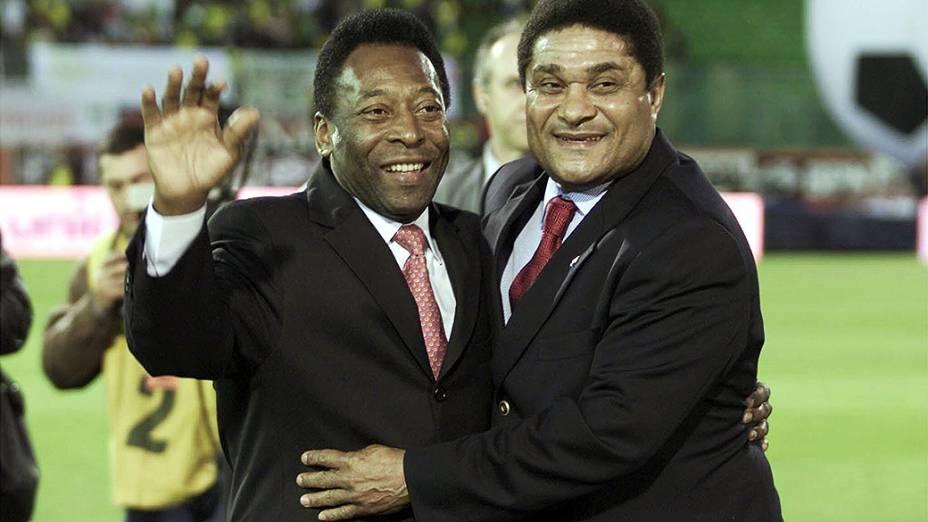 Duas lendas do futebol mundial Eusébio e Pelé, se abraçam antes do amistoso entre Portugal e no Brasil, no estádio da Luz, em Lisboa, no ano 2002