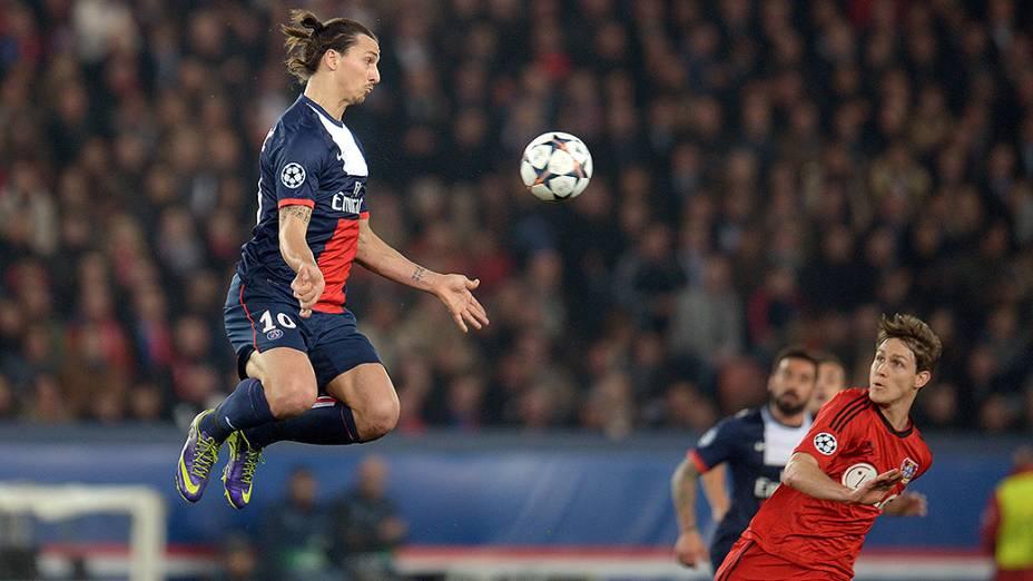 O sueco Ibrahimovic em ação na partida desta quarta contra o Bayer Leverkusen