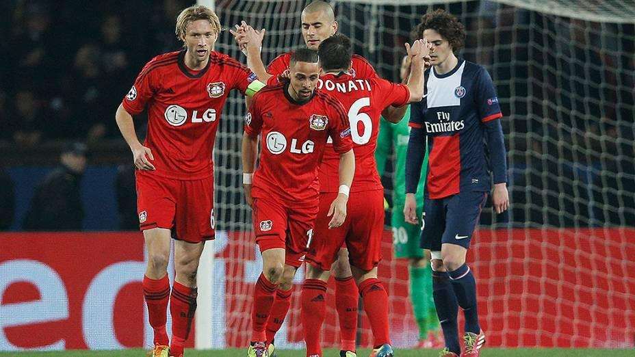 Jogadores do Bayer Leverkusen comemoram gol na derrota por 2 a 1 na partida contra o PSG