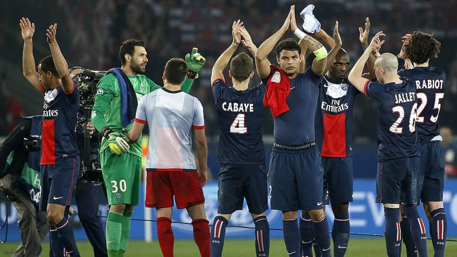 Jogadores do PSG saúdam a torcida após vitória sobre o Bayer Leverkusen no Parque dos Príncipes