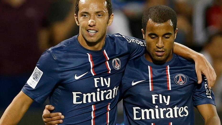 Nenê comemora gol com Lucas, na estreia do ex são-paulino com a camisa PSG em amistoso contra o Lekhwiya do Qatar, em Doha
