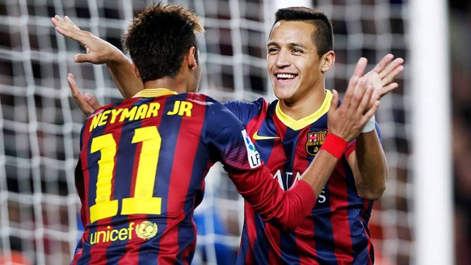 Neymar e Alexis Sanchez comemoram gol do mexicano na vitória do Barcelona sobre o Espanyol