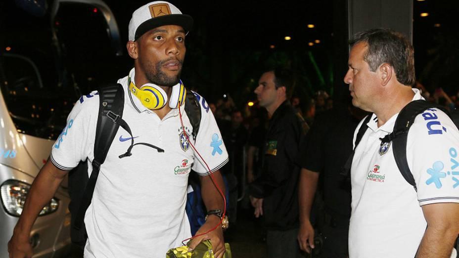 Maicon na chegada aSão Paulo na noite de quinta-feira