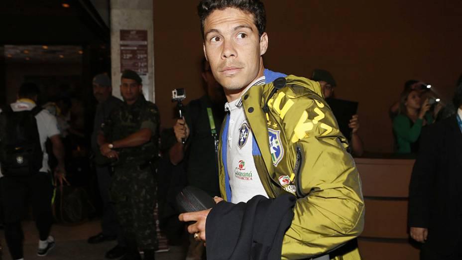 Hernanes na chegada a São Paulo na noite de quinta-feira
