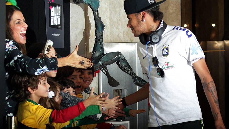 Neymar cumprimeta fãs na chegada a São Paulo na noite de quinta-feira