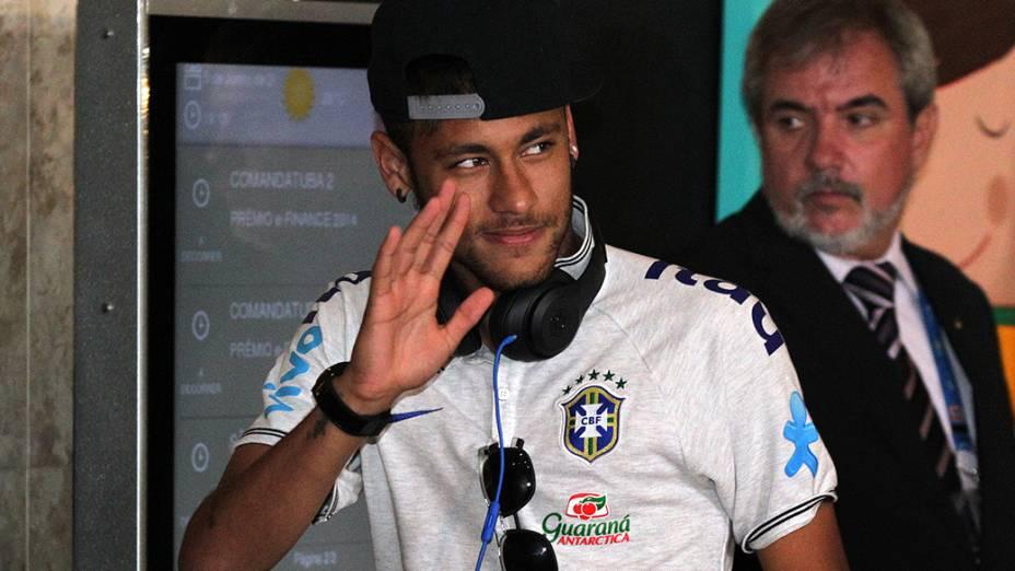 Neymar na chegada a São Paulo na noite de quinta-feira