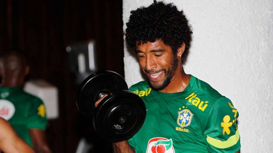 Dante no treino da Seleção Brasileira antes do amistoso contra a Suíça