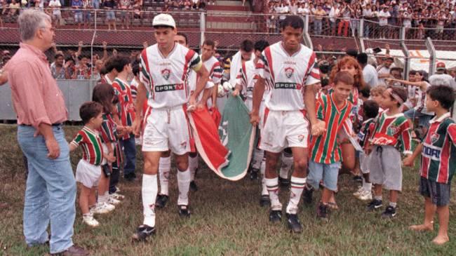 O time do Fluminense entrando no est·dio para enfrentar o Vitória, no úlltimo jogo antes do rebaixamento para a segunda divisão