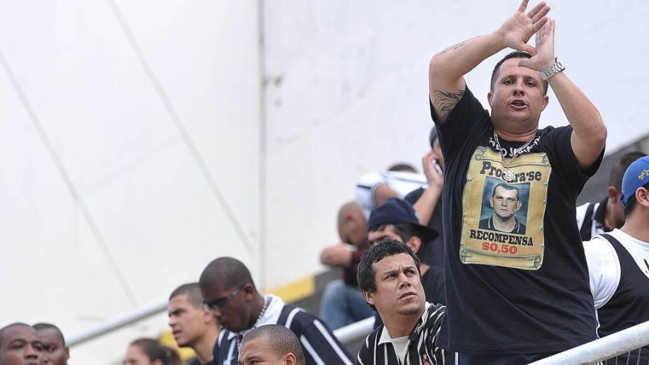 Torcedor do Corinthians protesta contra o árbitro Carlos Amarilla durante a final do Campeonato Paulista contra o Santos na Vila Belmiro