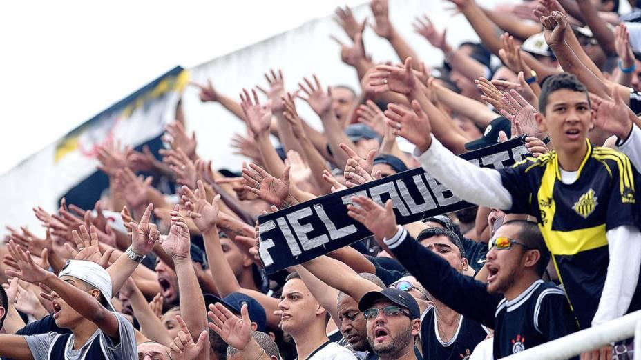 Torcida do Corinthians durante a final do Campeonato Paulista contra o Santos na Vila Belmiro