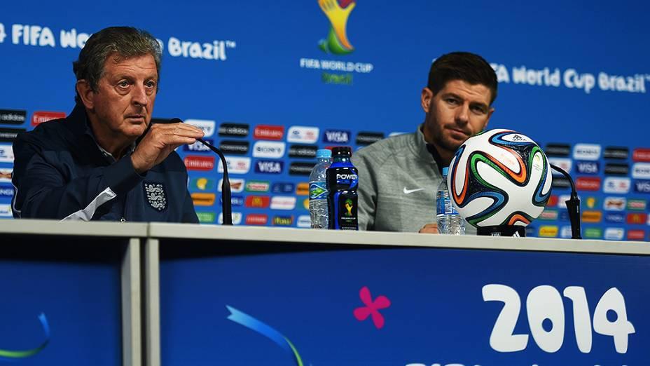 O técnico da seleção inglesa Roy Hogdson e o capitãoSteven Gerrard durante coletiva de imprensa na véspera da partida contra a Uruguai no Itaquerão, em São Paulo