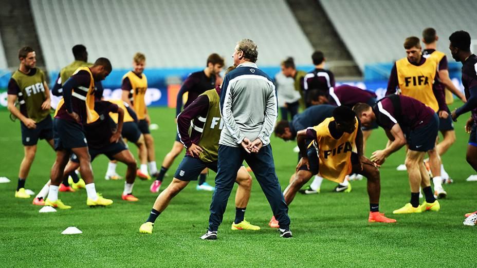Roy Hogdson comanda o treino da seleção inglesa na véspera da partida contra a Uruguai no Itaquerão, em São Paulo