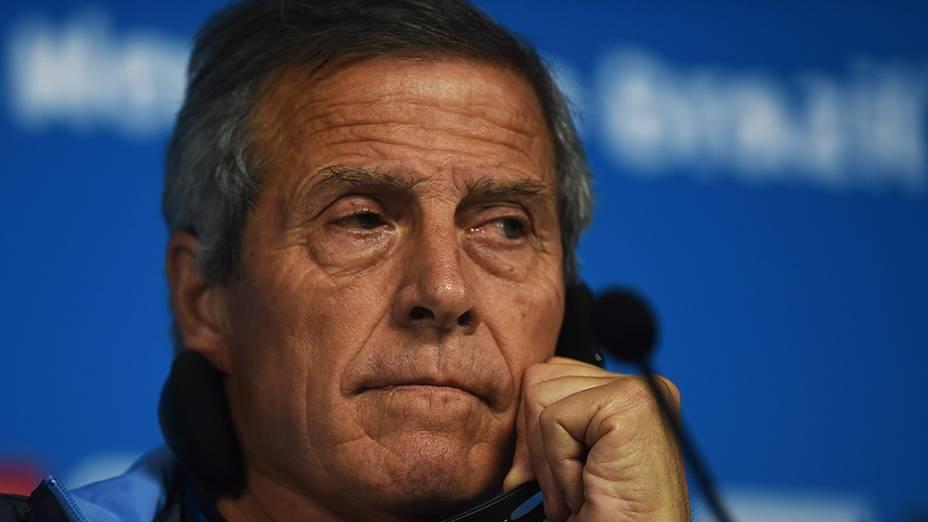 O técnico da seleção uruguaia Óscar Tabárez durante coletiva de imprensa na véspera da partida contra a Inglaterra no Itaquerão, em São Paulo
